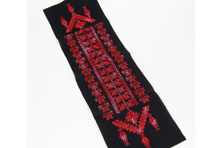 ראנר לשולחן מבד רקום עבודת יד בדגם פרחוני בגווני אדום וורוד