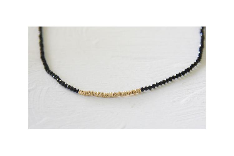 שרשרת שחורה עם אבני ספינל קטנטנות ומנצנצות וחרוזי זהב באמצע