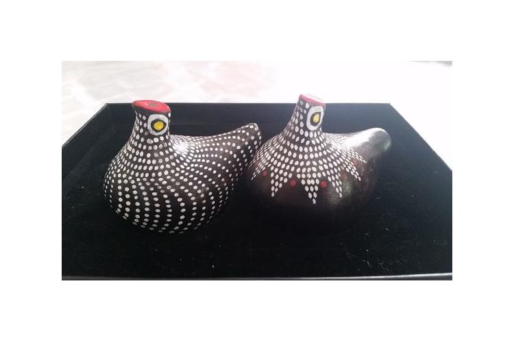זוג תרנגולות קרמיות מנוקדות. עבודת יד. מתנה לחג. שחור לבן.