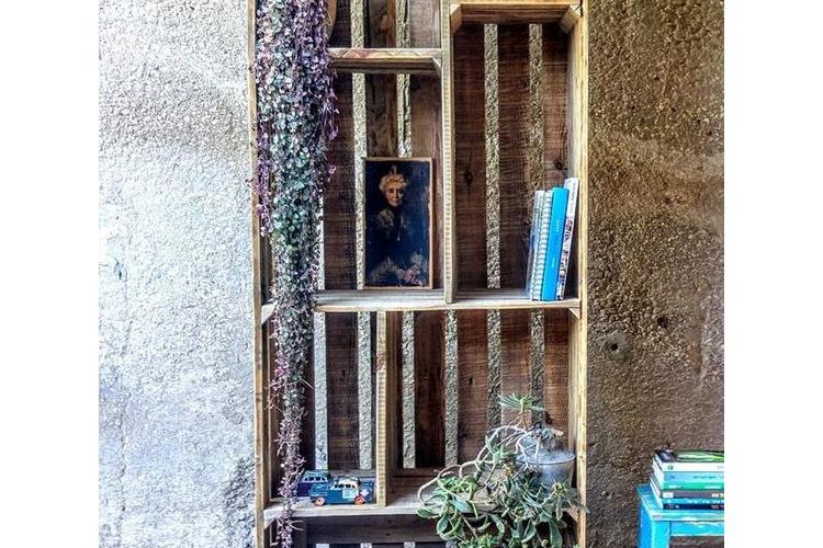 כוננית ספרים מעץ ממוחזר