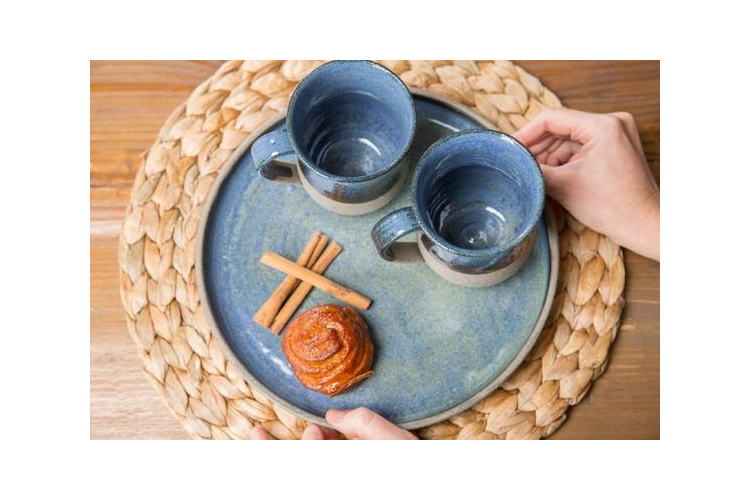 זוג ספלים לקפה מקרמיקה מעוצבים בצבע כחול על חמר אפור, בסגנון כפרי וחם (מיוצר לפי הזמנה)