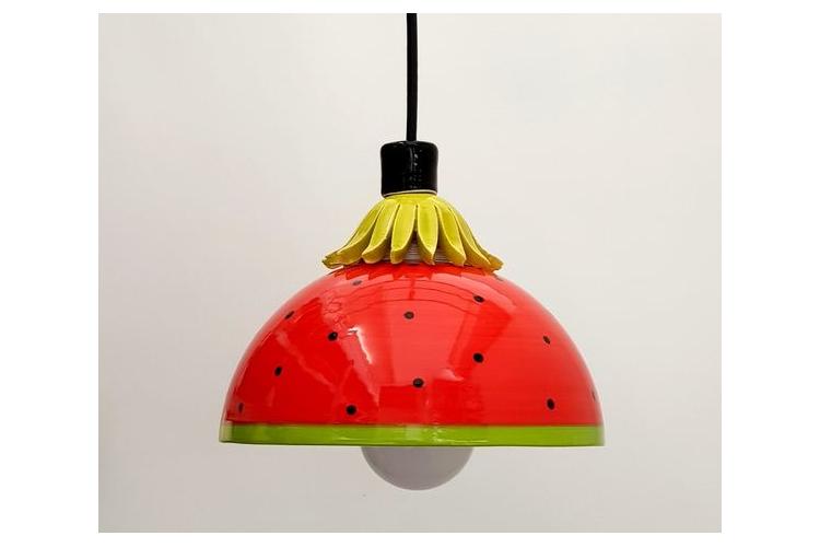 מנורה אדומה עם גרעינים של אבטיח, תאורה לפינת אוכל ומטבח