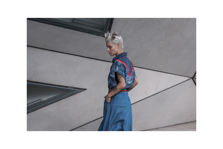 חדש! חולצה טי-שרט בצבעים כחולים, צוורון גבוה, פס כתום משולש