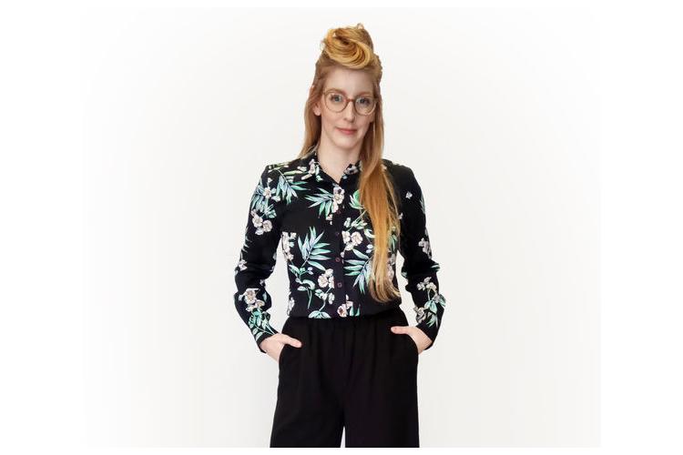 חולצה מכופתרת שחורה עם פרחים