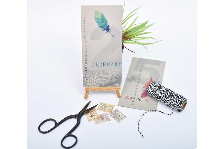 ״לוח עד״ אישי, לוח שנה מעוצב, דגם נוצות, מודפס על קרטון קראפט אפור