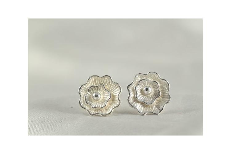 עגילי כסף פרחים | עגילי כסף בעיצוב מיוחד | כסף 925 | שיבוץ אבן חן אדומה,סגולה ,כחולה | צורת פרח | עגילים קטנים | עבודת יד