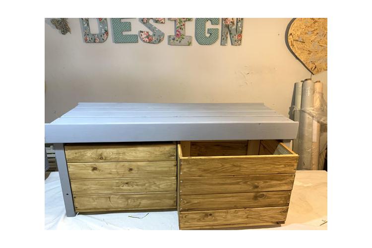 ספסל אחסון - ארגז אחסון מעוצב בעל 2 תאים שליפים מתניידים על גלגלים - אורך 120 סמ