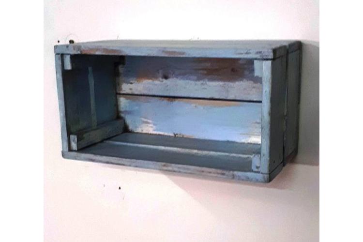 מדף מעוצב בצורת ארגז עץ וינט'ג בגוונים של לבן-תכלת, מדפים מעץ, מדפי עץ, מדף מעץ ממוחזר,קיר ותמונות