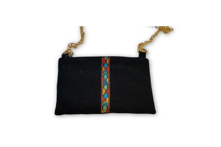 תיק קטיפה שחור, רקום בעבודת יד. תיק ערב מעוטר ברקמה אתיופית.
