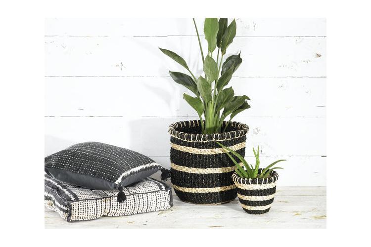 סל קש קלוע מעשב ים בצבע שחור עם פסים בצבע טבעי במידות S,M,L,XL