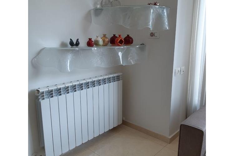 מדף מיוחד לבית מזכוכית מעוצבת
