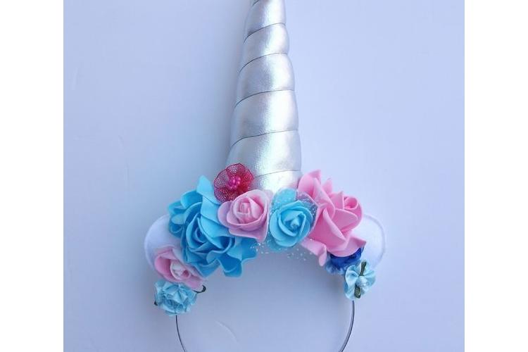 קשת חד קרן כסופה עם פרחים בורוד תכלת