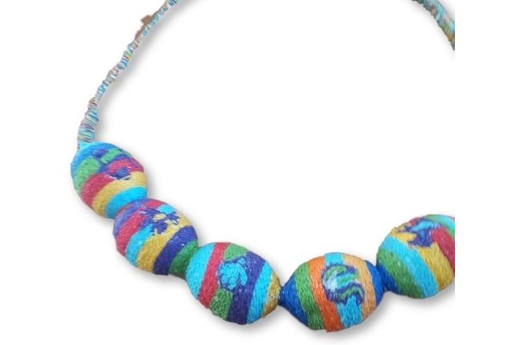 שרשרת צבעונית עשוייה רקמה אתיופית בעבודת יד. כל הצבעים: כחול, ירוק, צהוב, טורקיז, אדום