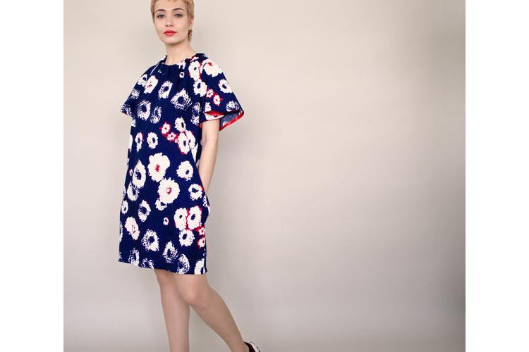 חדש! שמלת כחולה עם פרחים וקשירה אדומה, שמלת מיני, טוניקה כחולה עם פרחים, קשירה בגב באדום