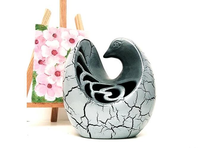 """פסל קרמיקה יונה, עבודת יד,חתום. בצורת ביצה צבע אפור דמוי שיש בהיר. מק""""ט 1019"""