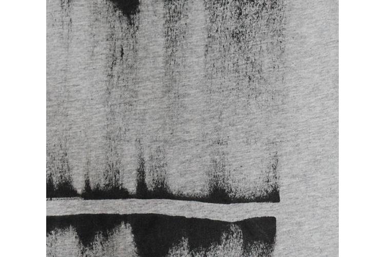 חולצה אפורה עם דפוס אבסטרקט