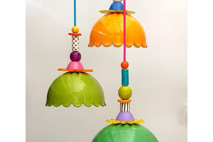 גוף תאורה ירוק (ליים/תפוח/רעל) קטן ומעליו חרוזים צבעוניים, לפינת אוכל וחללים קטנים