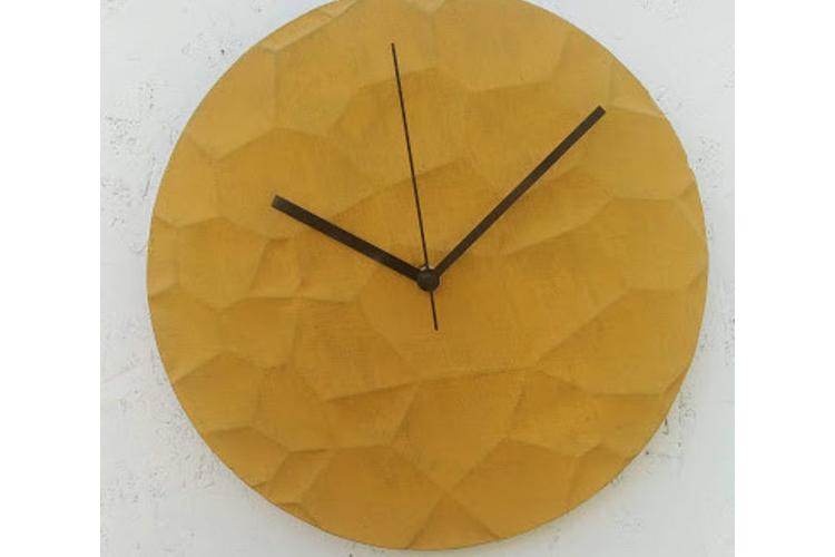 שעון בטון שקעים בצבע חרדל