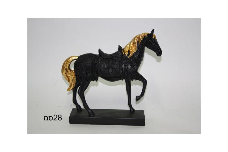 פסל סוס שחור,רעמה בזהב