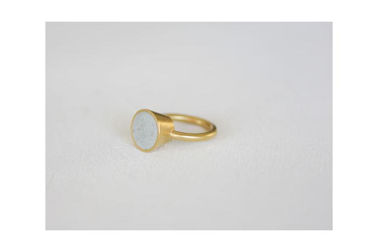 טבעת קונוס זהב ובטון