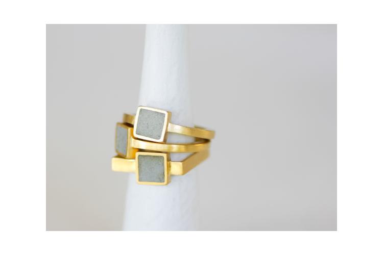 טבעת סוליטר מרובעת זהב ובטון