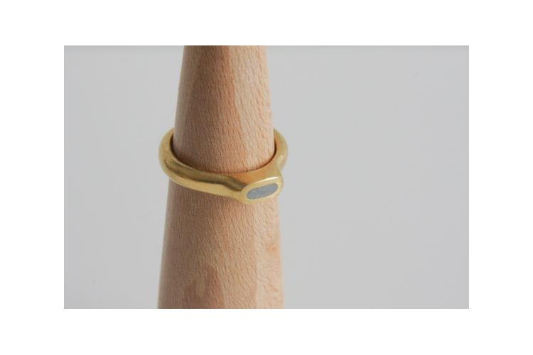 טבעת סוליטר זהב ובטון בין אבן אליפסה