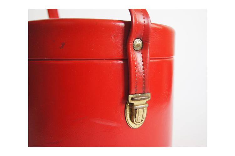תיק/מזוודה לאיפור אדומה וינטג' 40% הנחה   מזוודת איפור עגולה אדומה סיקסטיז
