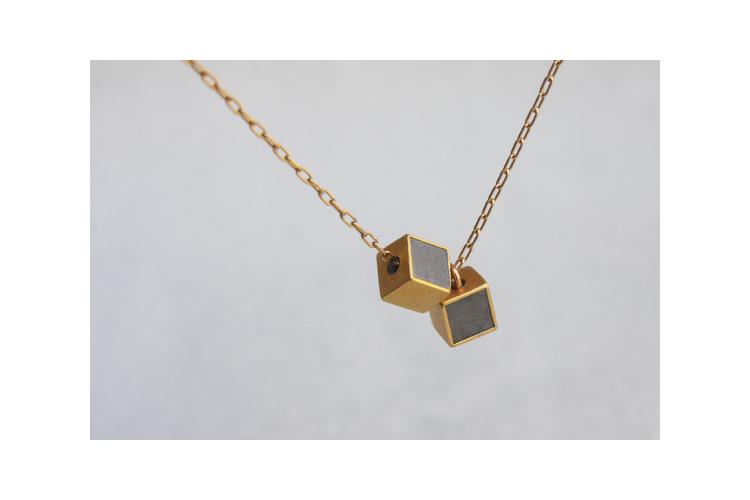 תליון קוביות זהב ובטון | תליון קוביות קצר | שרשרת עדינה | שרשרת קוביות דאבל |