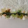 סיכה בגוונים לבן ואפרסק | סיכה מעוצבת | סיכת פרחים בשילוב פנינה | סיכה מפרחי משי | סיכה לשיער | סיכה מפרחי בד | תכשיט פרחים לשיער
