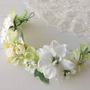 זר פרחים לראש | זר מפרחי משי | זר פרחים מלאכותיים | זר מעוצב בגוונים לבן וירוק | זר לכלה | כתר פרחים | קשת לשיער