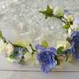 זר לראש בגוונים לבן סגול וירוק | זר מעוצב לכלה | זר מפרחי משי | קשת לשיער | זר פרחים אביבי