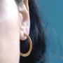 עגילי חישוק גדולים מרוקעים, עגילי ג'יפסי זהב, עגילים דומיננטיים לאישה, עגילי הופ זהב, עגילים עם נוכחות, מתנה לאישה, מתנה לאמא, מתנה לחברה