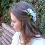 סיכת פרחים לשיער   סיכה מפרחי משי   סיכה לכלה   סיכה בגוונים סגול ולבן   סיכה מעוצבת   סיכת פרחים לראש   תכשיט פרחים לכלה