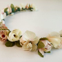 זר לראש | זר מפרחי משי | זר מפרחים מלאכותיים | זר לכלה | קשת פרחים | פרחים לשיער | זר בצבעי פסטל | אקססוריז לכלות | זרים מעוצבים
