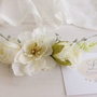 סיכה לכלה | סיכה לבנה | סיכה פרחונית סיכה מפרחי משי | סיכה מפרחים מלאכותיים | סיכה מעוצבת | סיכה עדינה לשיער