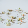 חוט עם פרחים | חוט שזור בפרחים | קבוצות פרחים | פרחים לצמה | שזירה בצמה | פרחי משי | פרחים מלאכותיים | פרחים לכלות | פרחים לשיער | צמות