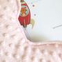 חבילת לידה מפנקת אלבום לתינוק ודובון חיבוקון בצבע ורוד | יומן אבני דרך לתינוקת בצירוף כרית דובי מעוצבת | חפץ מעבר שמיכי | מתנה לתינוקת