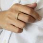 טבעת מרובעת פס דקה זהב ובטון