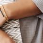 צמיד כפול משרשרת סרוגה מצופה זהב ושרשרת מושחרת באמצע עם סגירת כפתור