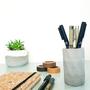 מעמד לכלי כתיבה מבטון יצוק בעבודת יד I עיצוב סקנדינבי
