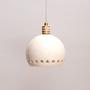 גוף תאורה מקרמיקה - כדור לבן עם פס חורים היקפי ועיטור זהב מעל