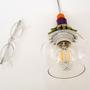 מנורת כדור קטנה מזכוכית שקופה וחרוזים צבעוניים