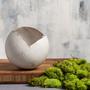 עציץ כדורי מעוצב גדול מקרמיקה בצבע לבן | מעמד לנר |