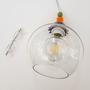 """מנורת כדור מזכוכית שקופה עם עיטור צבעוני מקרמיקה מעל, קוטר הכדור 20 ס""""מ"""