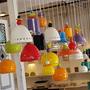 מנורה מקרמיקה לחדר קטן או פינת אוכל, מעוטר בעלים וחרוזים צבעוניים
