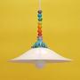 ריחופית - מנורה גדולה לבנה מקרמיקה בתוספת חרוזים צבעוניים, דגם ליבי