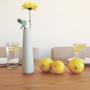 אגרטל לבן לפרח בודד, אגרטל פרחים מקרמיקה, ואזה לפרחים, אגרטלים לבית, קרמיקה בעבודת יד, עיצוב הבית, עיצוב מינימליסטי, עיצוב מודרני, מתנה לחג