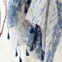 צעיף כחול לבן עם פרנזים