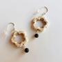 עגילי פרח לבן | עגילים בשחור - לבן | עגילים אבני חן | עגילי אבני חן וכסף