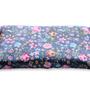 כרית חימום גדולה למיקרוגל. כרית 100% טבעית מכותנה עם הדפס של פרחים ופרפרים על רקע כחול.
